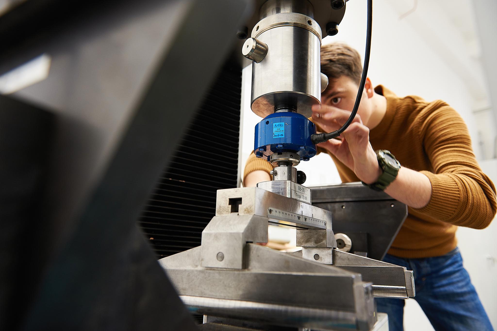Montaż głowicy 10 kN oraz napór potrzebnych do przeprowadzenia badania czteropunktowego zginania statycznego wraz z modułem sprężystości